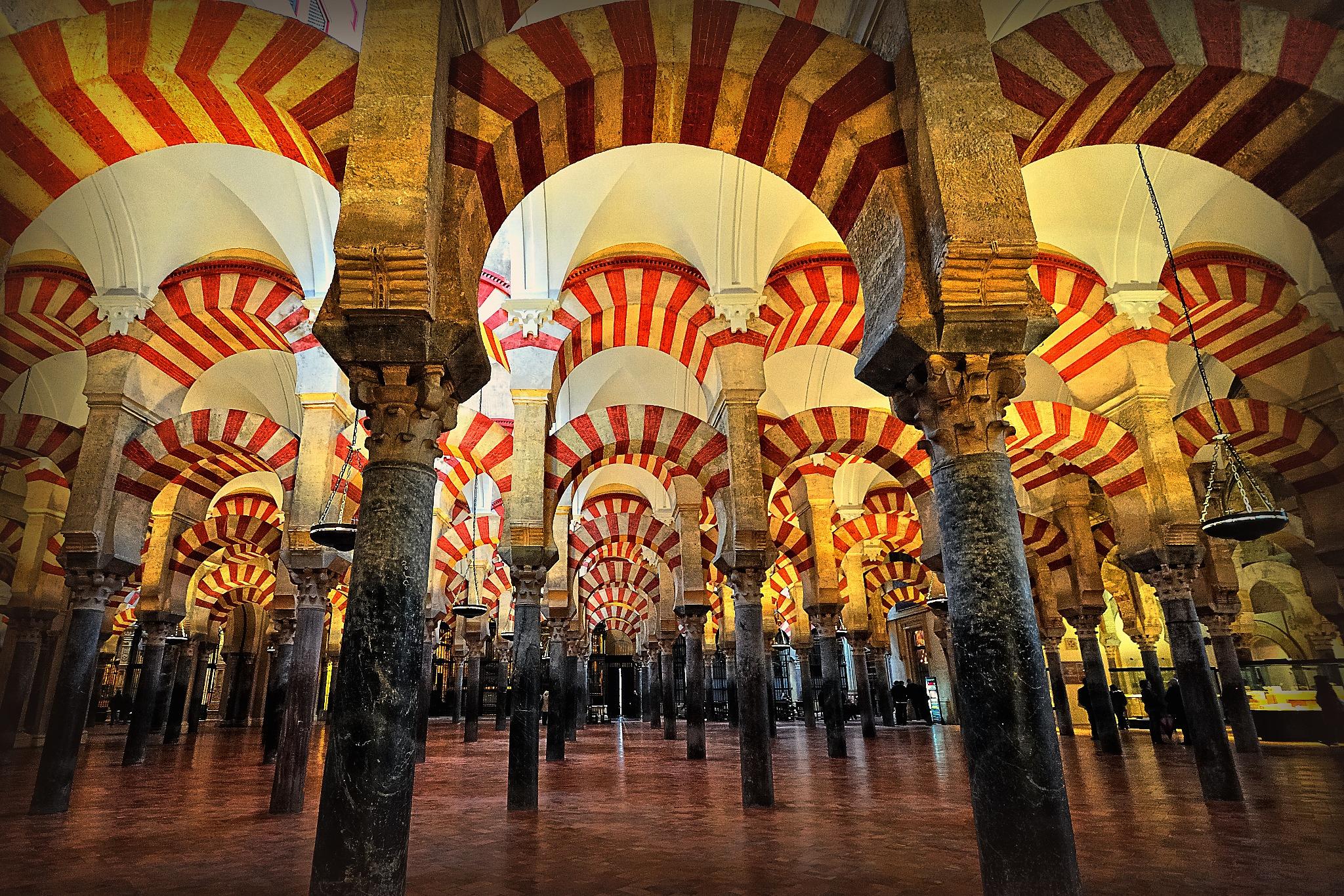 الجناح الأيسر بجامع قُرطبة، الذي يُعرف بجامع المنصور، نسبة إلى مُشيده الحاجب المنصور بن أبي عامر سنة 377 - 380 هـ / 977 - 990 م