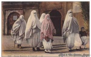 موضة تزيين وتلوين الملابس والأقمشة بالخطوط العمودية الملونة, هنا في مدينة الجزائر في الميناء القديم في بداية القرن