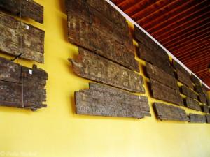 أجزاء من الأسقف الخشبية المعروضة في صحن مسجد قرطبة الجامع