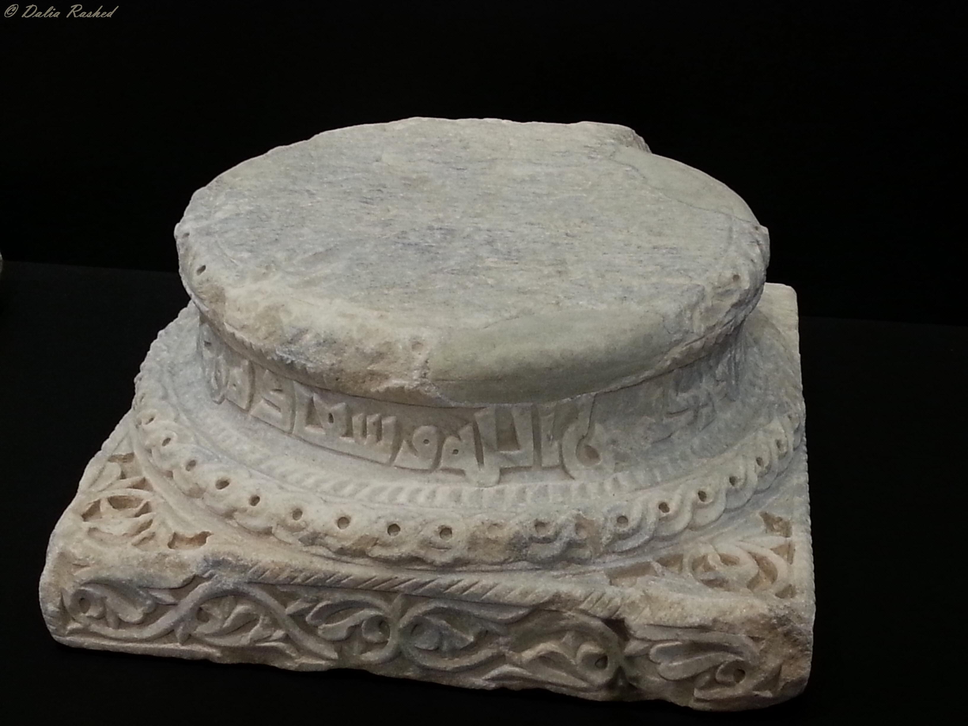 قاعدة عامود من الرخام من بقايا مدينة الزهراء